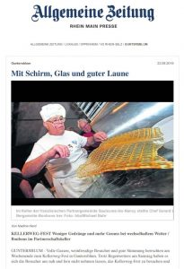 mit-schirm-glas-und-guter-laune-presseartikel-az-v-22-08